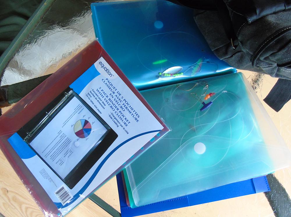 Des pochettes à velcro dans un duo-tang en plastique