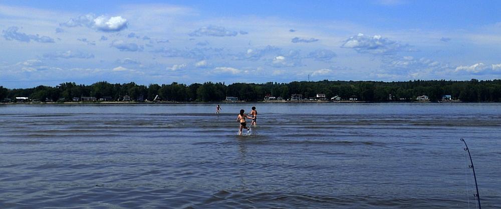 On débarque au milieu du fleuve! Faites moi confiance il y a une plage secrète ici qui apparaît juste à marée basse.